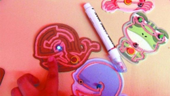 【广州日报】这些画纸好神奇!涂上颜色就通电